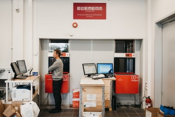 A GS Bildeler employee at the Oslo-warehouse is controlling the AutoStore robots from a picking station.